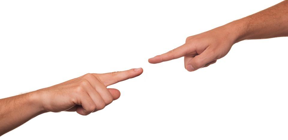 האם צריך לחתום על הסכם מכר עם כונס נכסים ומי נושא בעלויות האחסנה של הרכב?